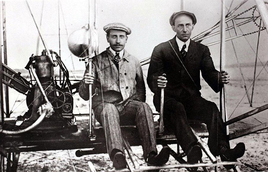 Wright kardeşlerin 17 Aralık 1903'te Kuzey Karolina'da Orville'in kontrolünde havalanan ilk uçağı aerodinamik ses teorisine bağlı kalınarak yapılmıştı. Bu uçak iki pervaneliydi. Pilotla birlikte ağırlığı 335 kg'dı
